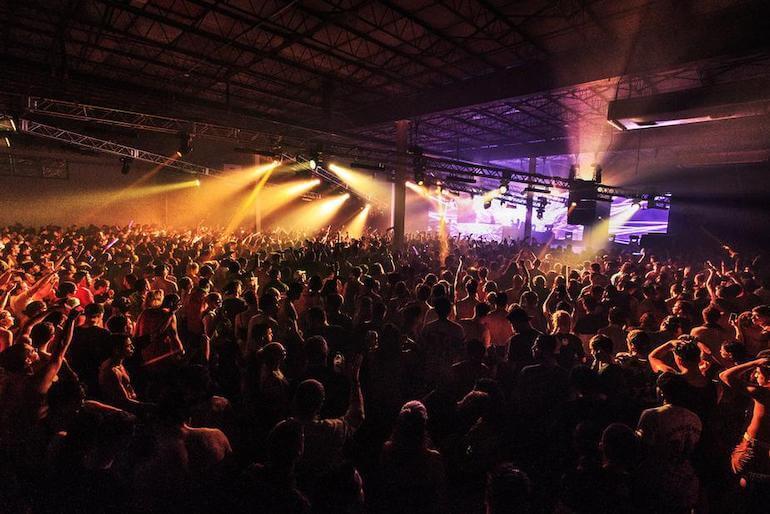 crowd_loving_music